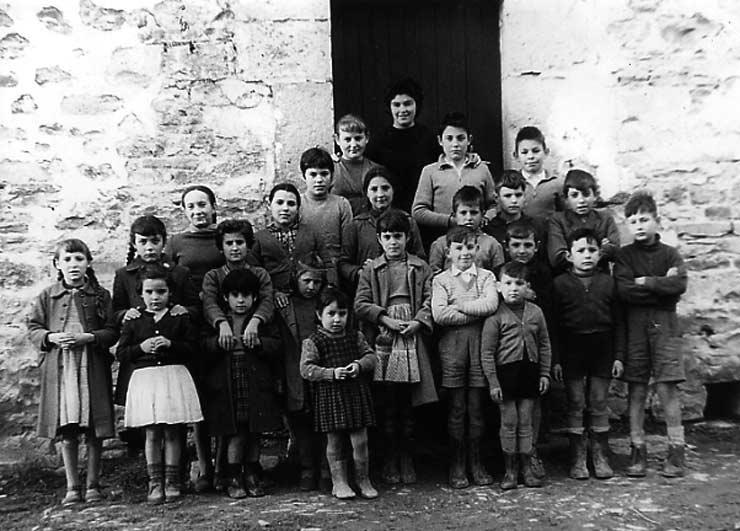 ESC 0041 Escuela de niños y niñas de Izoria-Ayala año 1960.jpg