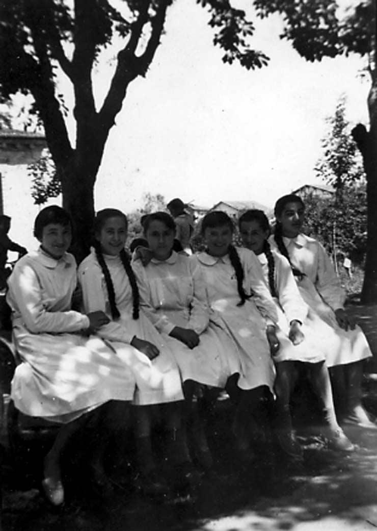 ESC 0043 Alumnas con bata.jpg