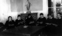 ESC 0027 Niñas del colegio Virgen Niña leyendo.jpg