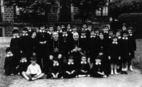 ESC 0057 Colegio Virgen Niña con Obispos.jpg