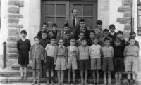 ESC 0052 El maestro Urreta con sus alumnos en la escuela Matias Landaburu.jpg