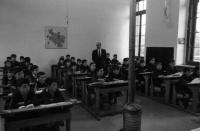 ESC 0049 El maestro Urreta en la escuela.jpg