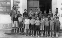 ESC 0065 El maestro Enrique Urreta y sus alumnos.jpg