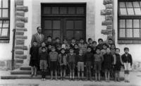 ESC 0083 Don Enrrique con sus alumnos.jpg