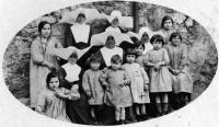 ESC 0105  Alumnas con monjas.jpg