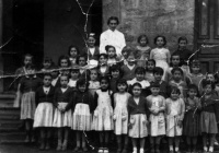 ESC 0101 Srta Josefina y sus alumnas.jpg