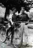 DEP 0025 EXP 507 LIB  Dos amigos detrás de la alhondiga (1943).jpg