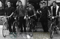 DEP 0181 EXP 644 Amigos en bicicleta.jpg